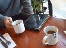 私たちが作ったテーブルを囲んで愉しい時間を過ごして頂くこと。それこそが私たちにとって、何物にも変えがたい喜びです。